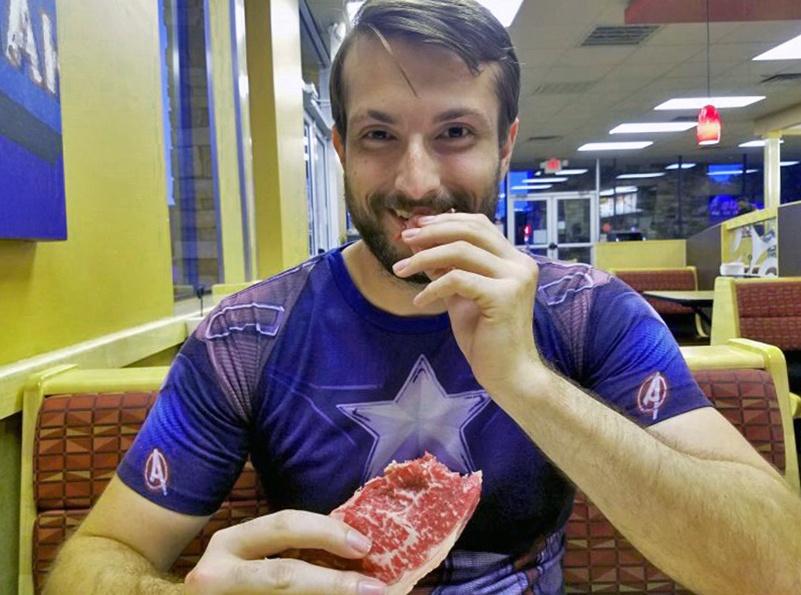 стал есть сырое мясо и похудел на 51 килограмм