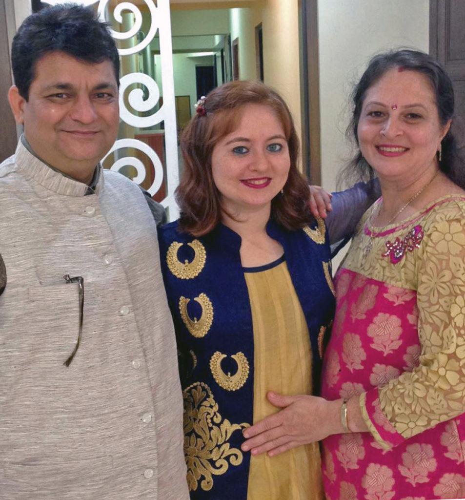 Рыжеволосая и голубоглазая индианка Пуджа с родителями
