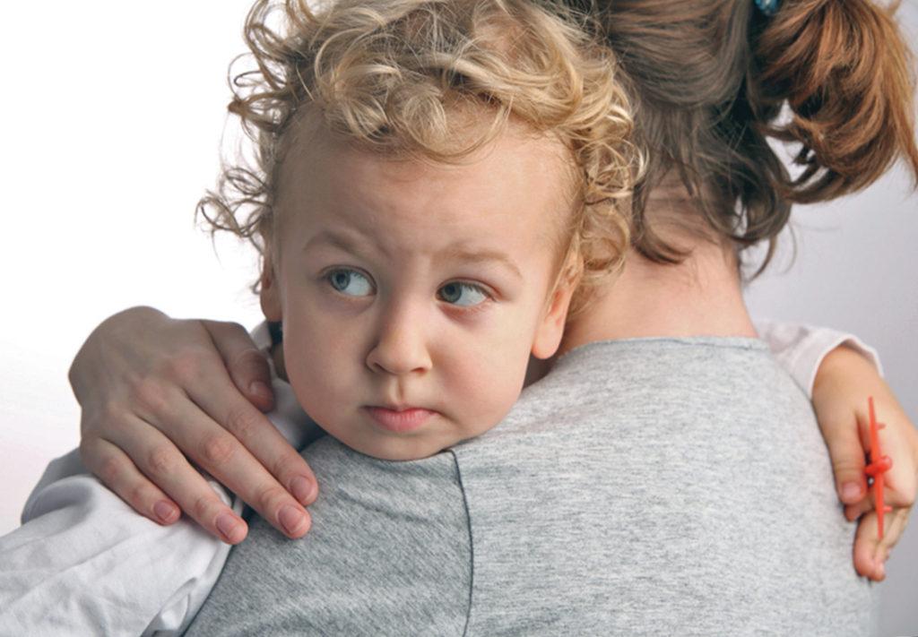Признаками аутизма являются слабость энергетического потенциала и повышенная эмоциональная чувствительность ребенка.