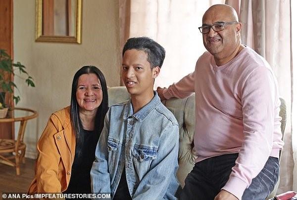 Обеспокоенные состоянием сына родители решили провести полное обследование и для диагностики поехали в Кейптаун, где в 2009 году и был поставлен точный диагноз - оссифицирующая прогрессирующая фибродисплазия.